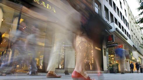 Düsseldorfer Königsallee: Die Pracht-Einkaufsmeile der nordrhein-westfälischen Landeshauptstadt lockt die Käufer an. Doch das für den Bau des hier ansässigen Einkaufszentrums, der Kö Galerie, kann wohl nicht rechtzeitig bedient werden. Quelle: ap