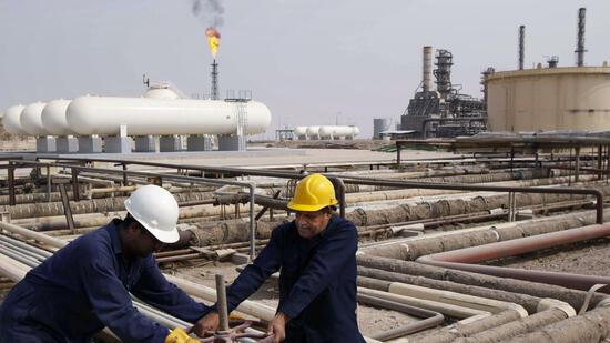 Überblick. Nach dem Einbringen der Bohrung in eine ölführende Lagerstätte und dem Ausfördern der Bohrspülung, fließt das Öl aufgrund des natürlichen Lagerstättendruckes zu den Förderbohrungen und gelangt eruptiv an die Erdoberfläche.