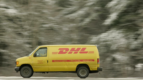 huGO-BildID: 17172574 FILE - The Jan. 19, 2007 file photo shows a DHL delivery truck driving on Interstate 295 in Freeport, Maine, USA. German mail and logistics company Deutsche Post AG said Tuesday, March 9, 2010 its net loss for the fourth quarter narrowed to euro 283 million (US$385 million) largely because of a cost savings program and better management of its U.S. express division. Deutsche Post, which owns express carrier DHL, lost more than euro 3 billion in the fourth quarter of 2008. Revenue for the October-December period of 2009 was 12 percent lower to euro 12.4 billion from euro 14 billion a year ago. (AP Photo/Robert F. Bukaty) Quelle: ap
