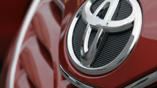 huGO-BildID: 17292759 FILE - In this Jan. 27, 2010 file photo, the Toyota logo is seen on a car at a dealership in Nashville, Tenn. An analysis by The Associated Press finds that the U.S. government has received more than 100 complaints from drivers who say their recalled Toyotas are still accelerating on their own even after receiving the automaker's fix. (AP Photo/Mark Humphrey, File) Quelle: ap