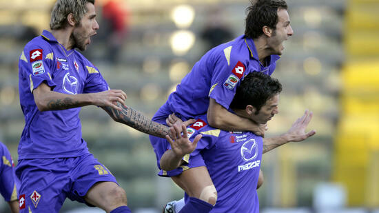 huGO-BildID: 20810033 Fiorentina's Gaetano D'Agostino, right, celebrates with his teammates Alberto Gilardino, center, and Valon Behrami, of Switzerland, after scoring against Parma during their Italian Serie A soccer match at Tardini stadium in Parma, Italy, Sunday, Feb. 6, 2011. (Foto:Marco Vasini/AP/dapd) Quelle: dapd