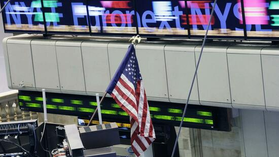 "huGO-BildID: 20861831 Stock tickers flash prices past an American flag at the New York Stock Exchange, Thursday, Feb. 10, 2011. Germany's Deutsche Boerse AG, the company that runs the stock exchange in Europe's largest economy, could soon take over the New York Stock Exchange. NYSE Euronext Inc., which also operates exchanges in Europe, said Wednesday it is in ""advanced discussions"" about a possible merger with Deutsche Boerse, owner of the Frankfurt stock exchange. (Foto:Mark Lennihan/AP/dapd) Quelle: dapd"