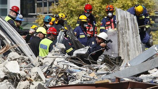 huGO-BildID: 21032476 Emergency services work to remove a body from the site of the CTV building in Christchurch, New Zealand, Thursday, Feb. 24, 2011, after the city was hit by a 6.3 magnitude earthquake Tuesday. (Foto:New Zealand Herald, Sarah Ivey/AP/dapd) AUSTRALIA OUT, NEW ZEALAND OUT Quelle: dapd