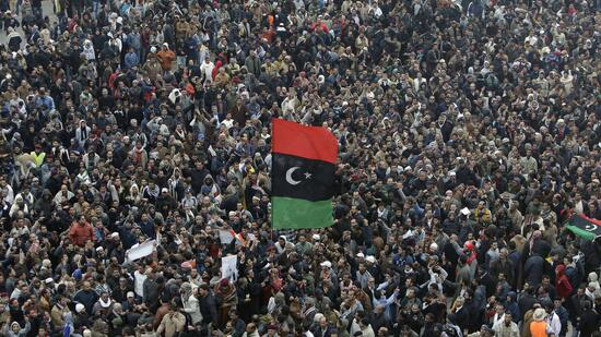 huGO-BildID: 21060264 Libyan protesters protest against Libyan leader Moammar Ghadafi during a demonstration at the Court Square, in Benghazi, Libya, on Friday Feb. 25, 2011. Several tens of thousands held a rally in support of the Tripoli protesters in the main square of Libya's second-largest city, Benghazi, where the revolt began, about 580 miles (940 kilometers) east of the capital along the Mediterranean coast. (Foto:Hussein Malla/AP/dapd) Quelle: dapd