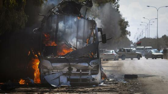 huGO-BildID: 21335770 A bus burns on a road leading to the outskirts of Benghazi, eastern Libya, Sunday, March 20, 2011. The U.S. military said 112 Tomahawk cruise missiles were fired from American and British ships and submarines at more than 20 coastal targets to clear the way for air patrols to ground Libya's air force. (Foto:Anja Niedringhaus/AP/dapd) Quelle: dapd