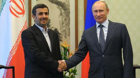Vladimir Putin und Mahmud Ahmadinedschad bei einem Treffen in Peking Anfang Juni. Quelle: AFP