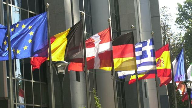 huGO-BildID: 2805928 Flags of the 15 EU nations fly in front of the European Parliament in Brussels, Wednesday, Oct. 9, 2002. The European Union headquarters will recommend Wednesday, in a report presented at the Parliament, that 10 eastern neighbors be invited to join the continental body in 2004 in its most ambitious expansion ever. (AP Photo/Virginia Mayo) Quelle: ap