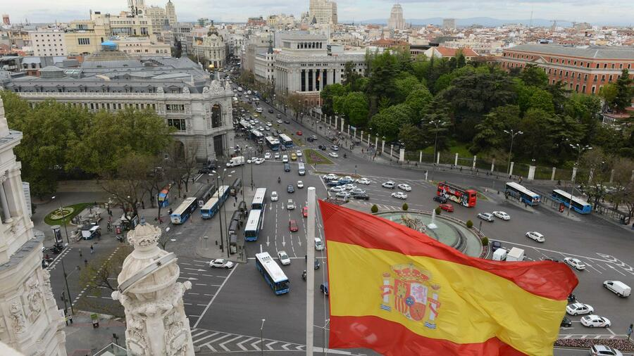 Die spanische Flagge am Plaza de Cibeles in Madrid. Quelle: AFP