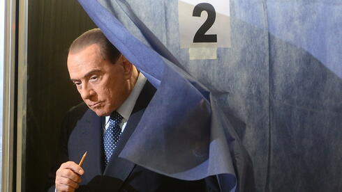 Silvio Berlusconi verlässt die Wahlkabine. Quelle: AFP