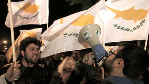 Proteste vor dem Parlament in Nikosia: Die Parlamentarier wollen erneut abstimmen. Quelle: ap