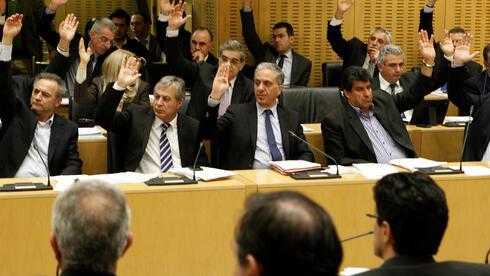 """Ein """"Ja"""" zum Rettungspaket? Mit einigen Enthaltungen stimmte das Parlament am Freitagabend zumindest ersten wichtigen Teilen des Sparpakets zu. Quelle: ap"""