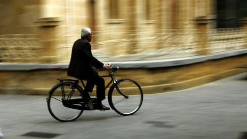 Radfahrer in Zyperns Hauptstadt Nikosia: Das Parlament berät über das Hilfsprogramm. Quelle: ap