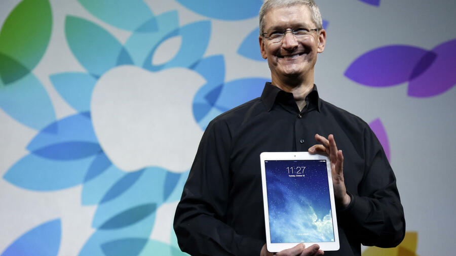 Apple-CEO hält ein iPad Air in den Händen. Quelle: ap