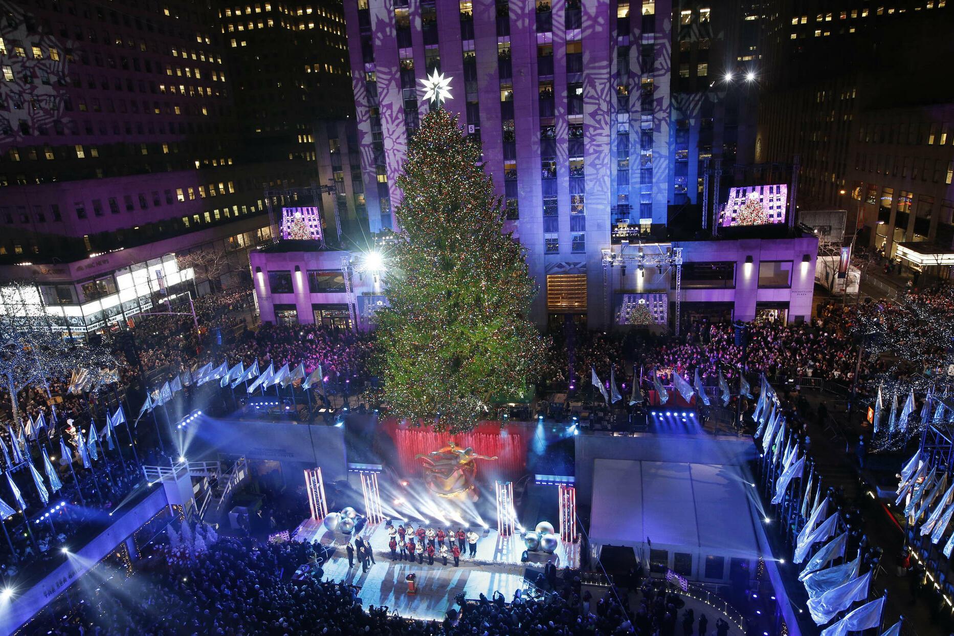 Weihnachtsbaum mit swarovski spitze es leuchtet und for Weihnachtsbaum rockefeller center 2016
