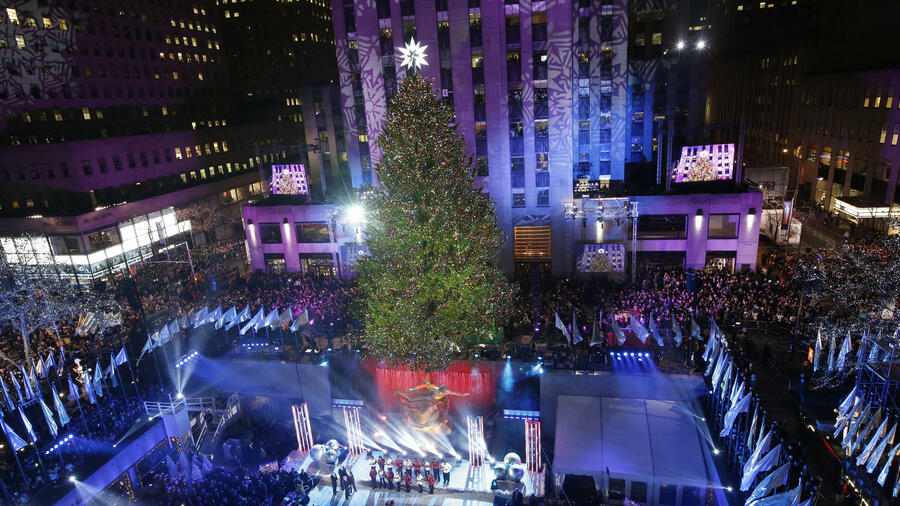 weihnachtsbaum mit swarovski spitze es leuchtet und glitzert wieder am rockefeller center. Black Bedroom Furniture Sets. Home Design Ideas