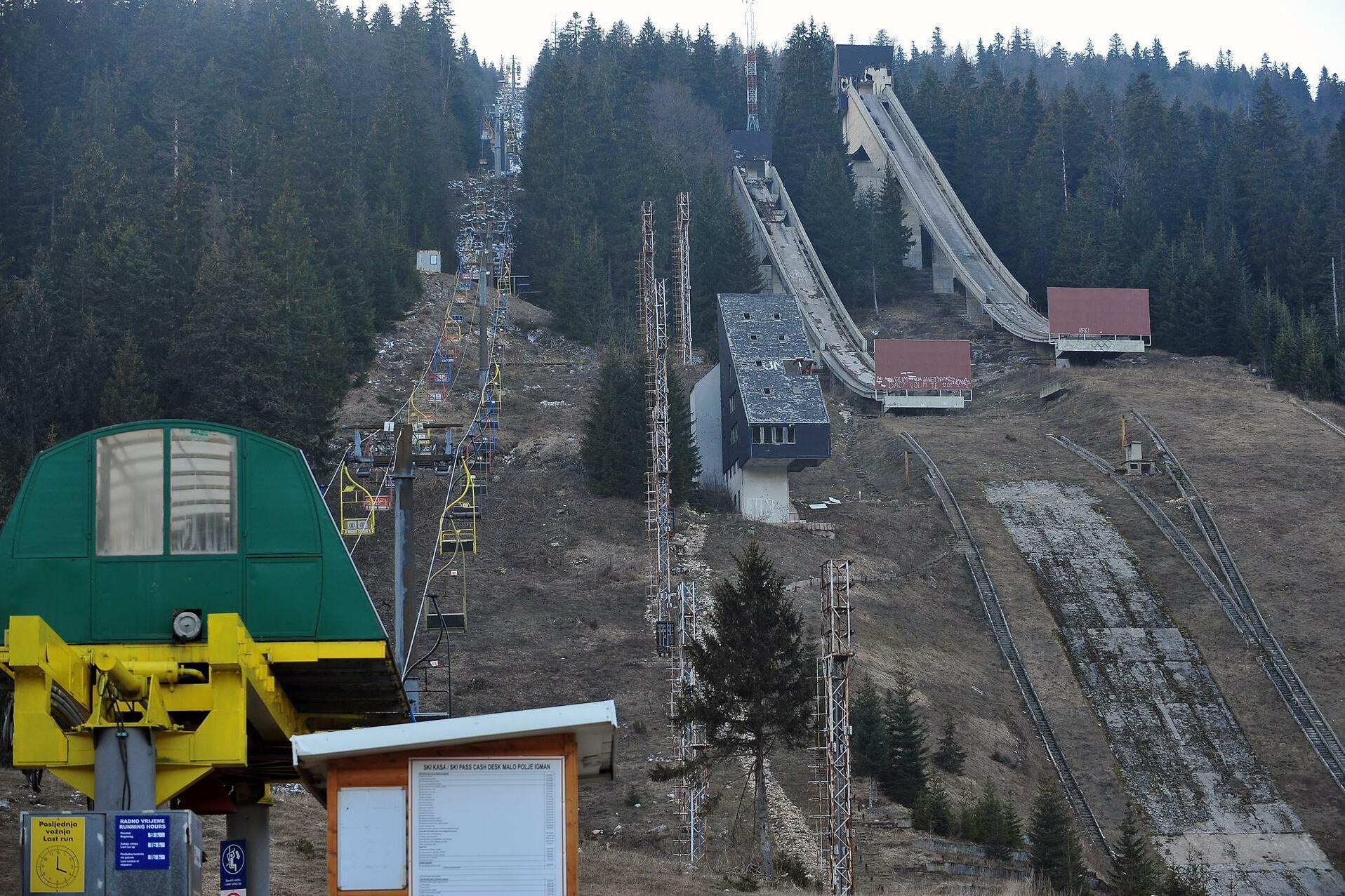 Die Skisprungschanzen des Olympischen Wettbewerbs, auf dem vor 30 Jahren Jens Weißflog Gold und Silber erringen konnte, wurden nach den Spielen kein einziges Mal mehr benutzt. Entsprechend wurden die Bauten auch nicht mehr gewartet. Gespenstisch ragen die verfallenden Betonriesen aus dem Berghang. Quelle: AFP