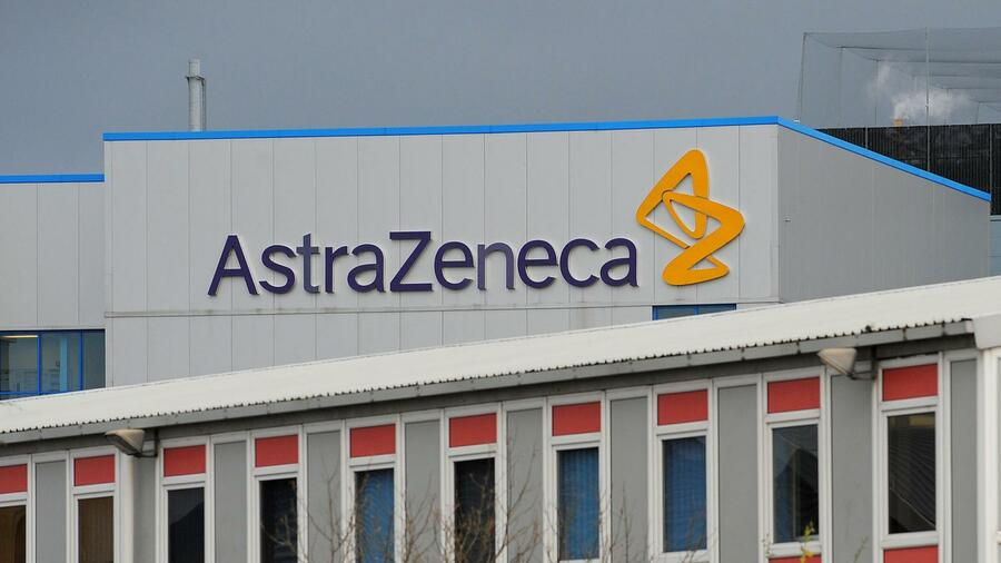 huGO-BildID: 36568205 (FILES) In this file picture taken on November 20, 2008 shows a general view of Anglo-Swedish pharmaceutical company AstraZeneca's factory in Macclesfield in northwest England. AstraZeneca, the British pharmaceutical giant, announced on April 24, 2014 a halving of net profits in the first quarter, hit by generic competition following the loss of exclusivity for key drugs. AFP PHOTO/ANDREW YATES Quelle: AFP