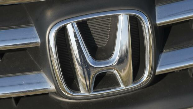 huGO-BildID: 41046869 (FILES) This December 31, 2014 file photo shows a Honda logo seen on the hood of a car at an automotive dealership in Landover Hills, Maryland. US auto safety regulators fined Honda a record $70 million for failing to report driver deaths, injuries and vehicle complaints to the government, regulators announced January 8, 2015. The National Highway Traffic Safety Administration imposed a $35 million fine on the giant Japanese automaker over its failure to report 1,729 death and injury claims to the agency between 2003 and 2014. The auto safety agency imposed a second $35 million penalty on Honda for not reporting warranty claims from customers over the same time period. The NHTSA's statutory maximum penalty for a violation is $35 million. AFP PHOTO / SAUL LOEB Quelle: AFP