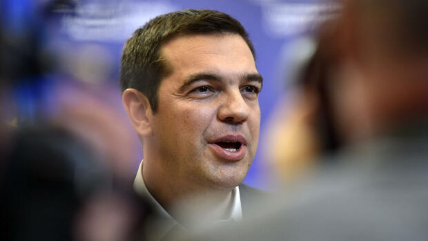 huGO-BildID: 50209874 Greek Prime Minister Alexis Tsipras talks to the media after the EU summit in Brussels, Belgium on early Friday, Oct. 16, 2015. European Union heads of state met to discuss, among other issues, the current migration crisis. (AP Photo/Martin Meissner) Quelle: ap