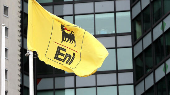 huGO-BildID: 8295949 A view of the Italy's energy giant Eni Spa headquarters in San Donato, in the outskirts of Milan, Italy, Wednesday, April 4, 2007. The Eni-Neftegaz company, an affiliate of Italy's Eni Spa, won an auction Wednesday, for an array of assets of the bankrupt Russian oil giant OAO Yukos, including a 20 percent stake of the oil division of state-controlled gas monopoly OAO Gazprom. (AP Photo/Luca Bruno) Quelle: ap