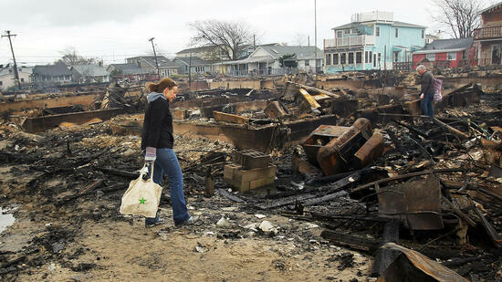 Menschen in den Überresten abgebrannter Häuser in  Breezy Point, Queens, New York City. Quelle: AFP