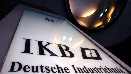Deutsche Industriebank (IKB)Als erste deutsche Bank wurde die IKB vom Strudel der Immobilienkrise in den USA mitgerissen. Das Institut hatte sein Engagement bei langfristigen Hypothekenkrediten mit kurzfristigen Darlehen finanziert. Mit dem Wertverfall der Hauskredite einerseits und der schwieriger werdenden Refinanzierung andererseits geriet die IKB in Schieflage. Im Sommer 2007 meldete die Bank überraschend, dass andere Institute wie die Deutsche Bank die Kreditlinien kürzen wollen. Die IKB-Manager hatten sich verspekuliert. Der Haupteigner, die bundeseigene Förderbank KfW, Bundesbank und Finanzaufsicht Bafin sowie Bankenverbände schnürten dann ein Rettungspaket. Schließlich wurde das Düsseldorfer Institut an den Finanzinvestor Lone Star verkauft. Quelle: dpa