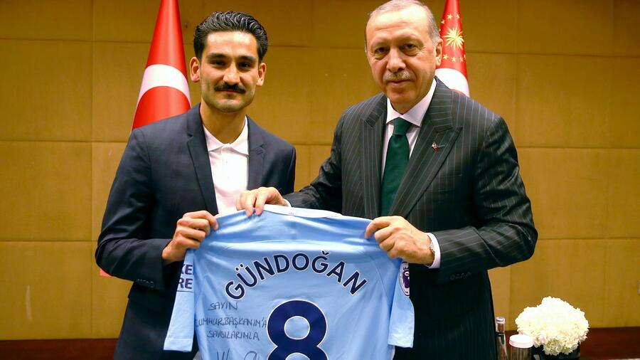 "The soccer player gave a jersey to the turkish president which he had scribbled: ""With respect to my president."" Quelle: dpa"