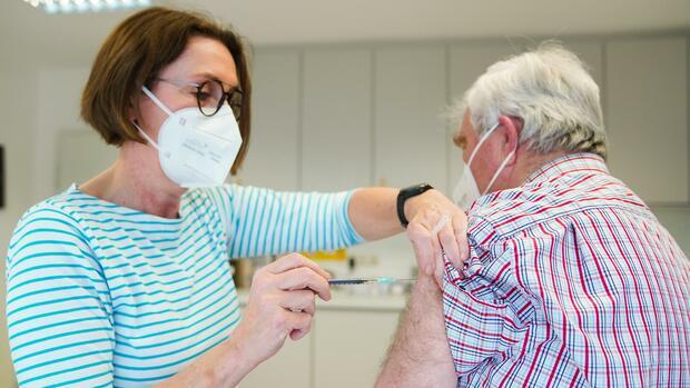 -Corona-News-Kassen-rzte-Aufhebung-der-Impf-Priorisierung-im-Mai-Steinmeier-ruft-Gesellschaft-zum-Zusammenhalt-auf
