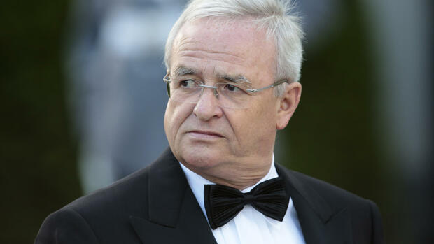 In This June 24, 2015 photo Volkswagen CEO Martin Winterkorn arrives for an official state dinner for Britain's Queen Elizabeth II, in front of Germany's President Joachim Gauck's residence, Bellevue Palace, in Berlin. Winterkorn promised full cooperation with the government following the company's admission it rigged nearly a half million cars to defeat U.S. smog tests. (AP Photo/Markus Schreiber) Quelle: ap