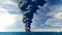In this Sunday, Jan. 14, 2018 photo provided by China's Ministry of Transport, smokes and frames from the burning Iranian oil tanker Sanchi in the East China Sea off the eastern coast of China. The fire from the sunken Iranian tanker ship in the East China Sea has burned out, a Chinese transport ministry spokesman said Monday, although concerns remain about possible major pollution to the sea bed and surrounding waters. (Ministry of Transport via AP) Quelle: AP