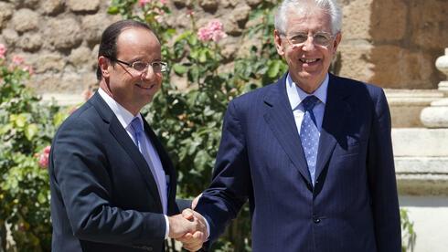 Frankreichs Präsident Francois Hollande und Italiens Ministerpräsident Mario Monti kämpfen gemeinsam für einen größeren Rettungsschirm. Quelle: dapd