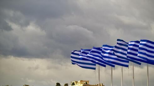 Griechische Fahnen wehen in Athen in Griechenland am Panathinaiko Stadion vor der Akropolis. Quelle: dapd