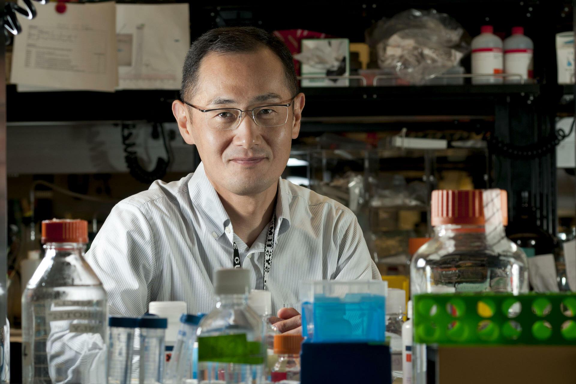 Medizin-Nobelpreis: Shinya YamanakaShinya Yamanaka wollte kranken Menschen helfen. Also wurde er Arzt. Doch ihm fehlte das Talent zum Chirurgen. Deshalb wechselte er in die Stammzellforschung - und revolutionierte diese 2006 mit einer bahnbrechenden Entdeckung: Ihm gelang es, erwachsene Zellen in Stammzellen zurückzuverwandeln. Aufbauend auf dieser Technologie könnten einmal Ersatzorgane und Gewebe gezüchtet werden. Zahlreiche Ehrungen und Auszeichnungen hat der 50-Jährige seither für seine Forschung erhalten. Seit Montag gehört der Medizin-Nobelpreis dazu. Diesen teilt sich Yamanaka mit dem Briten John Gurdon. Der Klonpionier Gurdon schuf die Grundlage für Yamanakas Arbeiten an der Universität in Kyoto. Das war 1962 - im selben Jahr, am 4. September, wurde Yamanaka in Osaka geboren. Von 1981 bis 1987 studierte er Medizin an der Universität Kobe, danach arbeitete er als Assistenzarzt in der orthopädischen Chirurgie in Osaka. Nach seiner Promotion 1993 wechselte Yamanaka an das Gladstone Institute in San Francisco, wo er seit 2007 eine Forschungsgruppe betreut. 1996 kehrte der Wissenschaftler als Assistenzprofessor nach Osaka zurück. Seit 2004 ist er Professor an der Universität in Kyoto. Dort leitet er seit 2008 das eigens für die Forschung an sogenannten iPS-Zellen gegründete Institut. Quelle: dapd