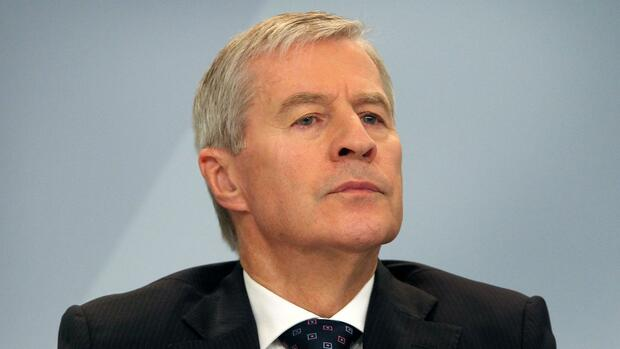 Juergen Fitschen, co-CEO of Germany's biggest lender Deutsche Bank, attends a news conference at the company's headquarters in Frankfurt am Main, western Germany, October 29, 2015. Deutsche Bank unveiled a massive new cost-cutting drive, saying it would axe thousands of jobs and close down operations in 10 countries after it clocked up record losses in the third quarter. AFP PHOTO / DANIEL ROLAND Quelle: AFP