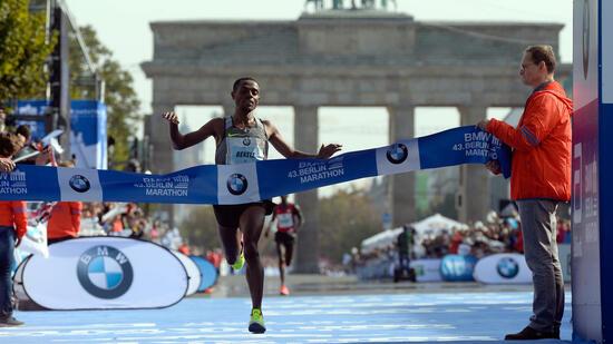 Weltrekord verpasst: Kenianer Kipchoge gewinnt Berlin-Marathon