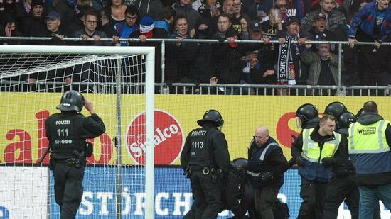Fans stürmen Platz im Kieler Holstein-Stadion