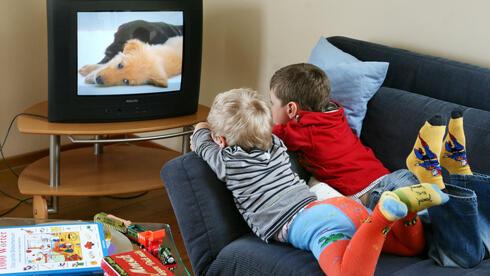 dicker und unsportlicher fernsehkonsum schadet kindern. Black Bedroom Furniture Sets. Home Design Ideas