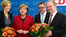 German Chancellor and head of the Christian Democratic Union (CDU) Angela Merkel (2ndL) poses with Rhineland-Palatinate's state election candidate Julia Kloeckner (L), Reiner Haseloff (R) in Sachsen-Anhalt region and Baden-Wuerttemberg's candidate Guido Wolf during the CDU's presidency and executive board meeting at ther party's headquarters in Berlin, on March 14, 2016 a day after election in three regional states. The CDU was at the receiving end of voter anger, suffering defeats in two out of three states in Sunday's elections -- including in its traditional stronghold Baden-Wuerttemberg. / AFP PHOTO / John MACDOUGALL Quelle: AFP