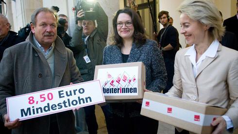 Verdi-Chef Frank Bsirske übergibt Ursula von der Leyen (CDU, r.), und Andrea Nahles (SPD) eine Unterschriftensammlung für einen Mindestlohn: Experten lehnen eine Lohnuntergrenze strikt ab. Quelle: dpa