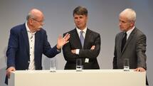 (L-R) Dieter Zetsche, CEO of the German car maker Daimler AG, Harald Krueger, CEO of the German car maker BMW and Matthias Mueller, CEO of German car maker Volkswagen AG, speak together during a talk at the so-called Auto-Gipfel - automotive meeting - in Munich, southern Germany, on November 9, 2016. / AFP PHOTO / CHRISTOF STACHE Quelle: AFP