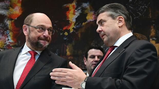 (L-R) Former European Parliament President Martin Schulz and German Vice Chancellor, Economy and Energy Minister Sigmar Gabriel talk during an extraordinary meeting of the SPD's parliamentary group on January 25, 2017 in Berlin. Germany's Social Democrats unexpectedly named Martin Schulz as their candidate for the chancellorship, raising the stakes in a September election that promises to be Angela Merkel's toughest yet. / AFP PHOTO / Tobias SCHWARZ Quelle: AFP