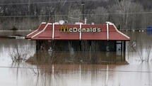 Floodwater from the Bourbeuse River surrounds a McDonald's restaurant, Tuesday, Dec. 29, 2015, in Union, Mo. Torrential rains over the past several days pushed already swollen rivers and streams to virtually unheard-of heights in parts of Missouri and Illinois. (AP Photo/Jeff Roberson) Quelle: AP