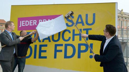 Nach �Keine Sau braucht die FDP� versucht die Partei sich erneut an einer provokanten Plakat-Kampagne und wirbt f�r das Abschie�en von Bibern. Quelle: dpa