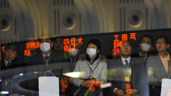 huGO-BildID: 20401875 epa02510107 Visitors look at stock market indicators on the last trading day of the year at the Tokyo Stock Exchange (TSE) in Tokyo, Japan, 30 December 2010. Tokyo stocks fell sharply as the yen continues its rise against the dollar. The Nikkei ended the year at 10,228.92, down 115.62 points, or 1.12 per cent. EPA/FRANCK ROBICHON +++(c) dpa - Bildfunk+++ Quelle: dpa