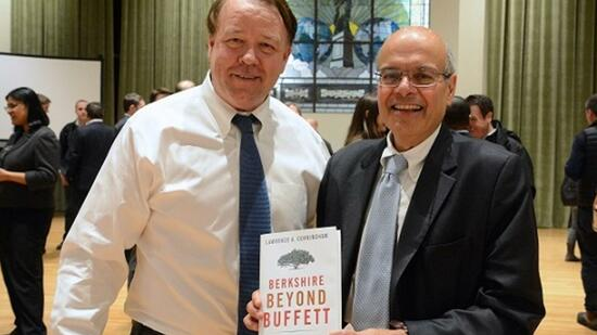 "Lawrence A. Cunningham (links), Jura-Professor und Autor von ""Berkshire beyond Buffett""."