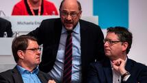 Leader of the Social Democratic Party (SPD) Martin Schulz (C) speaks with deputy-leader of the Social Democratic Party (SPD), Ralf Stegner (L) and deputy-leader of the Social Democratic Party (SPD), Thorsten Schaefer-Guembel (R) during the last day of the SPD party congress on December 9, 2017 in Berlin. Germany's Social Democrats, the country's second strongest party, agreed to kick off exploratory talks with Chancellor Angela Merkel's conservatives that could lead to a new coalition government early next year. / AFP PHOTO / John MACDOUGALL Quelle: AFP