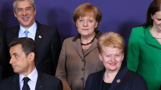 huGO-BildID: 21229813 epa02627464 (L-R) Portugal Prime Minister Jose Socrates, France President Nicolas Sarkozy, Germany Federal Chancellor Angela Merkel and Lithuania President Dalia Grybauskailte pose during a family picture during an extraordinary EUropean Council, Friday 11 March 2011 in Brussels. EPA/JULIEN WARNAND +++(c) dpa - Bildfunk+++ Quelle: dpa