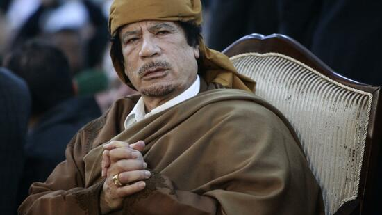 huGO-BildID: 20904770 Libyan leader Muammar Gaddafi attends a ceremony marking the birth of Islam's Prophet Mohammed in Tripoli February 13, 2011. Palestinian refugees should capitalise on the wave of popular revolts in the Middle East by massing peacefully on the borders of Israel until it gives in to their demands, Libyan leader Muammar Gaddafi said on Sunday. REUTERS/Ismail Zitouny (LIBYA - Tags: POLITICS RELIGION) Quelle: Reuters
