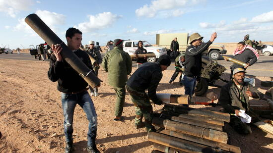 huGO-BildID: 21174537 epa02619393 Libyan rebels pile up artillery shells and cartridges during clashes with Libyan army forces loyal to Colonel Muammar Gaddafi, at the front line on the outskirts of Bin Jawad, 160 km from Gaddafi's hometown of Sirte, Libya, on 06 March 2011. Fighting between the Libyan army and anti-government forces to gain control over Eastern Libyan coastal cities continued on 06 March 2011 EPA/KHALED EL FIQI +++(c) dpa - Bildfunk+++ Quelle: dpa