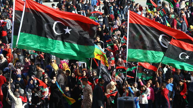 epa04624392 Libyans wave national flags as they celebrate the fourth anniversary of the uprising at Martyrs square, in Tripoli, Libya, 17 February 2015. Libyans are marking the anniversary of the 17 February 2011 revolution, that ended the rule of Muammar Gaddafi, amid division and violence after an Islamist-led militia seized the capital Tripoli in recent months, forcing the elected parliament and its government to relocate to the far eastern city of Tobruk. EPA/STR +++(c) dpa - Bildfunk+++ Quelle: dpa